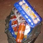 Policiais conseguiram uma cesta básica para as crianças.