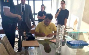 Momento em que Sukita assina mandato de sua prisão. Foto: Nenoticia.com.br