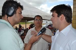 Walber Bezerra concedendo entrevista à rádio Penedo FM.