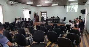 Sessão da Câmara quase vazia.