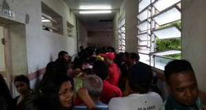 Fila enorme da seção 124 do Gabino Besouro. Foto: Boainformacao