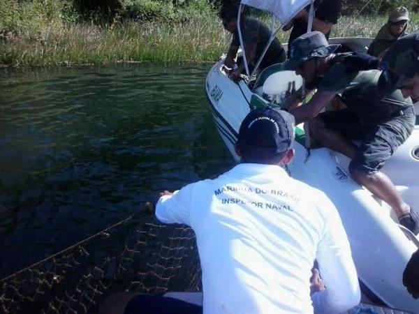 Apoio de militares da AgPenedo ao IBAMA, no recolhimento de redes de pesca irregulares dispostas no leito do São Francisco