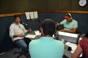 Gestor da APAE/IOFAL/SEMEP em Penedo, Walber Bezerra, concedendo entrevista ao programa Realidade apresentado por João Lucas.