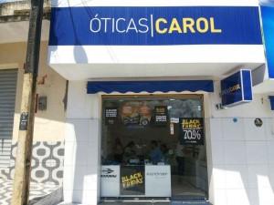 Óticas Carol está localizada na Praça Costa e Silva, 188, Centro de Penedo. Com os fone:  (82)3551-5970