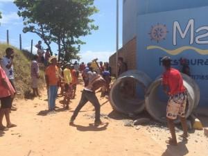 Ambulantes usaram uma marreta para quebrar manilhas de concreto que impediam o acesso à praia (Foto: Carolina Sanches/G1)