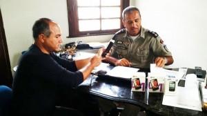 Comandante Major Jota Júnior sendo entrevistado pelo repórter Antônio Silva sore o projeto de segurança.