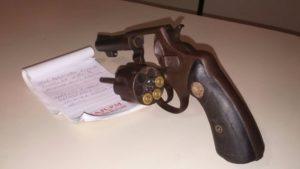 Revólver usado no crime.