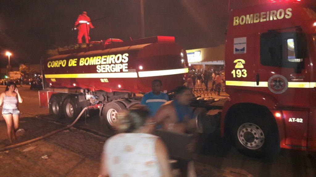 Corpo de Bombeiros controla incêndio e usa espuma para evitar explosões