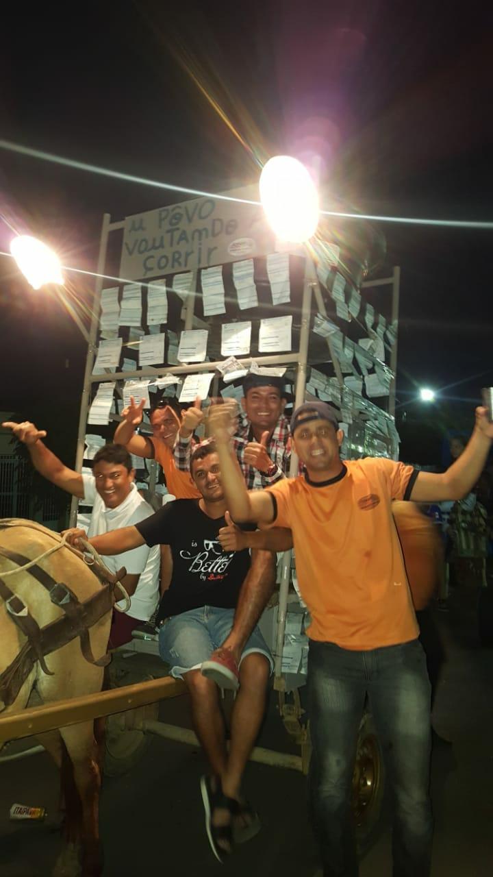 Populares enfeitam carroça com contas de luz em Cavalgada de Porto Real do Colégio