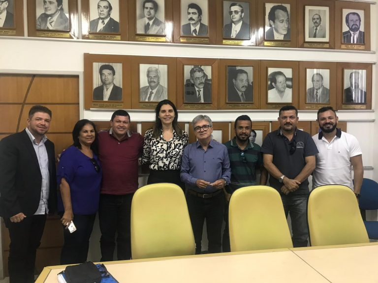 Deputada Jó Pereira acompanha vereadores de Igreja Nova em reunião com o presidente da CASAL